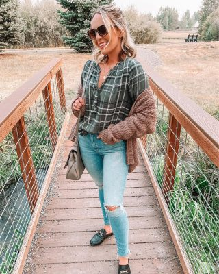 Hope everyone's week is off to a good start!! 🥰🍁 rounding up all recent fall looks from our Montana trip on the blog today & talking a life update - haven't done a post like this in a minute! 😌👉🏻 loveinsideandout.com http://liketk.it/2Xdfk #liketkit @liketoknow.it swipe for the same flannel (under $25) two different ways! 🤍