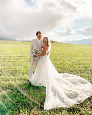 One of my favorite things I'm thankful we added on about a week before our wedding - having the day captured on both an iphone & camera!! 🤍🤍🤍🏔 sharing a bunch of special little moments from the day that @ingridsvarephotography captured on iphone video and it has me SO in my feels!!! 💖💖 seeing intimate video of all your favorite humans & no one had to worry about having their phones around— I can't recommend it enough! Also doing a wedding Q&A over on stories today 🥰😘 I feel like we learned a thing or two over the last 3 years!! #wedding #weddingtips #iphoneshots #sagelodge #montanawedding #mtwedding #bride #groom #bridalstyle #theknot #husband #wife #weddingdaytips #bridetips #fallbride #fallwedding #weddingdress